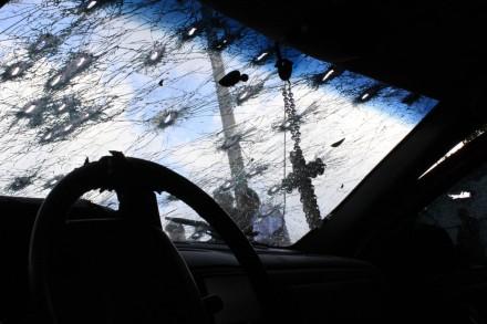 El parabrisas de un auto baleado en una emboscada en Sinaloa en septiembre de 2010